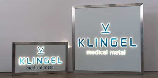 Für den Aussenbereich oder Innenbereich eignen sich die Firmenschilder von P&M mit LED Technologie und Ambient Light Effekt