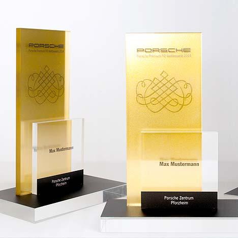 Acrylglas lackiert mit Gold Optik und im Fräszentrum perfekt hergestellt.